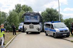 Der Schwimmbus / Riverbus fährt auf seiner Rundfahrt durch eine Polizeisperre, die wg. eines G20 Protestcamp auf Entenwerder in Hamburg Rothenburgsort errichtet wurde.