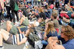 Abschlusskundgebung der Demonstration am 08. Juli gegen G20 in Hamburg - Demonstrant*innen sitzen / liegen auf der Straße.