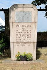 Denkmal Käthe Kollwitz, Schlossallee in Moritzburg; Inschrift Der unsterblichen Künstlerin, Künderin und Kämpferin; geb. 8. Juli 1867 in Königsberg, gest. Moritzburg 22. April 1945.