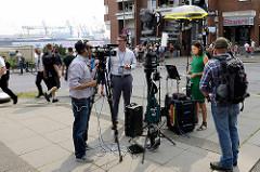 Ein Fernsehteam steht während der Proteste gegen den G 20 Gipfel an der Davidstraße in Hamburg St. Pauli.