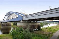 Moderne Eisenbahnbrücke über die Elbe in Riesa, im Hintergrund die Straßenbrücke.