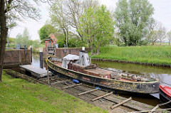 Schleuse der Wilster Au - Kaseort; Mündung in die Stör; altes Dampfschiff.