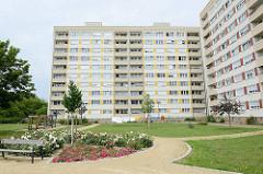Hochhäuser mit Grünanlage und Wäsche Trockenplatz am Karl-Marx-Ring von Riesa.