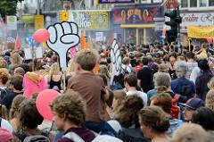Demonstrationszug am 08. Juli gegen G20 auf der Reeperbahn in Hamburg - selbstgemalte große Fäuste.