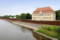 Hafenbecken in Gröba / Riesa - hohe Spundwände sollen vor Hochwasser schützen - dahinter das Schloss Gröba, ein barockes Herrenhaus und ein Wahrzeichen der Stadt Riesa. Es steht unter Denkmalschutz.