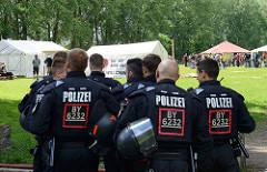 Umstrittenes G20 Protestcamp auf Entenwerder in Hamburg Rothenburgsort - bayrische Polizisten zeigen Interesse.