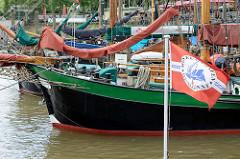 Historische Segelschiffe im Museumshafen Hamburg Oevelgönne - Flagge des Vereins.