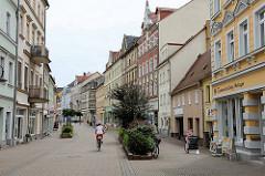 Fussgängerzone in Riesa - Shopping in der Hauptstraße der Stadt an der Elbe.