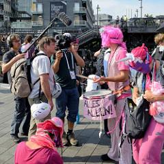 Ein Fernsehsender fängt das bunte Protestbild gegen den G20 in Hamburg ein.