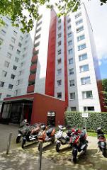 Hochhaus in Hamburg Mümmelmannsberg - Parkplatz für Motorräder / Motorroller.