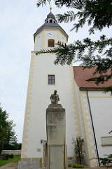 Kirchturm der romanischen Kirche Gröba / Riesa; erbaut 1734. Denkmal an die Gefallenen des I. Weltkrieg.