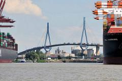 Blick durch den Waltershofer Hafen zur Hamburger Köhlbrandbrücke - Containerlaster stauen sich auf der Brücke.