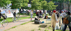 Protest im Hamburger Karolinen-Viertel gegen den G20 Gipfel in Hamburg - Transparenten in der Grünanlage.