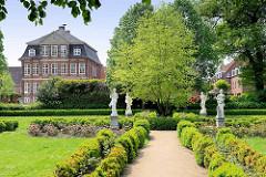 Gartenanlage / Rathausgarten hinter dem neuen Rathaus der Stadt Wilster - Palais Doos; ehemaliges großbürgerliches Wohnhaus, erbaut 1786 - Architekt wahrscheinlich  Ernst Georg Sonnin. Seit 1829 durch Schenkung im Besitz der Stadt.