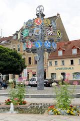 Zunftbaum am Rathausplatz von Riesa - eingeweiht 2004. Er soll symbolisch die Tradition, Kraft und Geschlossenheit des regionalen Handwerks zum Ausdruck bringen.