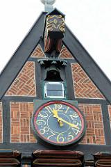 Giebel mit Uhr und Glocke - Altes Rathaus von Wilster, erbaut 1585.