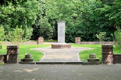Rathausgarten / Bürgermeistergart von Wilster - Denkmal Königlicher Kanzleirat Jahann Hinrich Doos; starb am 11. August 1804 als letzter seines Stammes in Wilster.