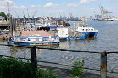 Bilder aus dem Hamburger Hafenbezirk Kleiner Grasbrook - Blick in den Hansahafen, Arbeitsschiffe + Pontons.