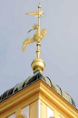 Goldene Wetterfahne am Schloss Moritzburg - Adler mit Krone, eine ausgebreitete Schwinge mit Feder im Schnabel.