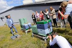 Der Hamburger Umweltsenator Jens Kerstan auf dem Dach der Behörde für Stadtentwicklung und Umwelt (BSU) bei den dort stehenden Bienenkästen.