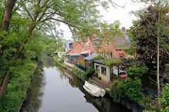 Wohnhäuser am Ufer der Wilster Au in der Stadt Wilster -