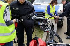 Taschen- und Fahrradkontrolle beim Zugang zum G20 Protestcamp auf Entenwerder in Hamburg Rothenburgsort.