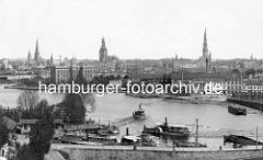 Historischer Blick über ein Hafenbecken in Riga - Fähren / Ausflugsschiffe - Lagergebäud; am gegenüber liegenden Flussufer das Panorama der Rigaer Altstadt.