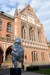 Skulptur Venus von Willendorf, moderne Version der Venusfigurine aus der jüngeren Altsteinzeit; Naturhistorisches Museum Wien - Gebäude der Lettischen Kunstakademie Riga.