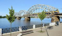 Blick zur Eisenbahnbrücke über die Daugava / Düna in Riga. Stabbogenbrücke, Fachwerkbogenbrücke - erbaut 1914.