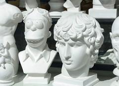 Gipsskulpuren / Büsten aus Gips - römischer Kopf und Homer Simpson mit Lorbeerkranz; Kunstgeschäft in Tallinn.