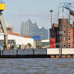 Blick über das Werftgelände von Blohm & Voss zur Hamburger Elbphilharmonie.