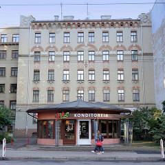 Wohnhaus mit Jugendstilfassadenschmuck - Rotunde Konditoreja in Riga.