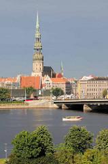 Petrikirche in Riga im Zentrum der Rigaer Altstadt; dreischiffige Basilika, errichtet im Stil der Backsteingotik, erbaut im 15. Jahrhundert - Blick über die Daugava.