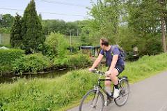 Schrebergarten zwischen Bahnlinie und Seevekanal in Hamburg Rönneburg - Fahrradroute entlang des historischen Kanals.