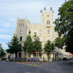 Architektur in Riga - Neogotisches Gebäude mit Turm und Zinnen.