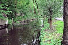 Lauf des historischen Wasserwegs Seevekanal in Hamburg Rönneburg; befestigtes Kanalufer.