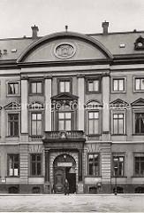 Polizeiwache 1 mit Polizist am Eingang am Stadthaus Neuer Wall in der Hamburger Innenstadt - das Stadthaus / Görtz Palais wurde 1710 vom Architekten Johannes Nicolaus Kuhn für den Gesandten von Schleswig-Holstein-Gottorf und Minister Georg Görtz.