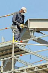 Arbeit an den  Stahlträger vom Dach des Hamburger Bahnhofs Elbbrücken.