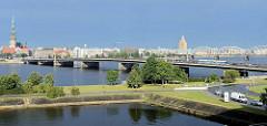 Panorama von Riga - Brücken über die Düna; lks. die Petrikirche; re. die alten Zeppelinhallen, jetzt Markthallen - re. die sowjetische Architektur vom Gebäude der Akademie für Wissenschaft - davor die Eisenbahnbrücke.