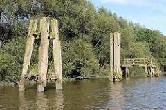 Holzdalben und hölzerne Wassertreppe am Prager Ufer im Moldauhafen, Hansestadt Hamburg.