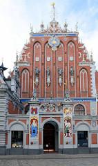 Schwarzhäupterhaus (lettisch: Melngalvju nams) auf dem Rathausplatz der lettischen Hauptstadt Riga; es wurde  1334 erstmals urkundlich erwähnt. Es diente sowohl den Kaufleuten als auch der vorwiegend deutschen Bürgerschaft Rigas für Zusammenkünft