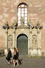 Eingangsportal mit Statuen - St. Johanniskirche in Riga.