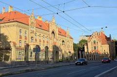 Krankenhaus in Riga; gelbe Ziegelfassade mit roten Keramikbändern - Architektur in Riga.