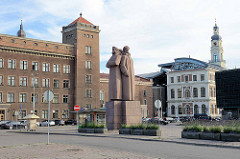 Gebäude der Technischen Universität in Riga; in der Bildmitte Denkmal der lettischen Schützen.
