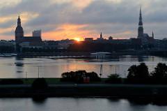 Sonnenaufgang über der Altstadt von Riga - Blick über die Düna.