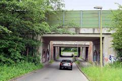 Enge Bahnunterführung in Hamburg Rönneburg - Vorderkamp / Kanzlershof.