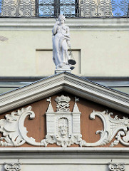 Skulptur Justitia - Wappen von Riga, Giebel am Rigaer Rathaus;