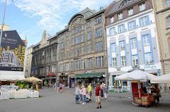 Geschäftsstrasse in Riga - mehrstöckige Geschäftshäuser in Gründerzeitarchitektur.