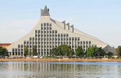 Blick über die Daugava / Düna zur Lettischen Nationalbibliothek, fertig gestellt 2014, Architekt Gunnar Birkerts.