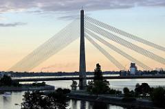Blick über die Daugava / Düna zur Seilbrücke / Vanšu-Brücke; ehem. Gorki Brücke, erbaut 1981.